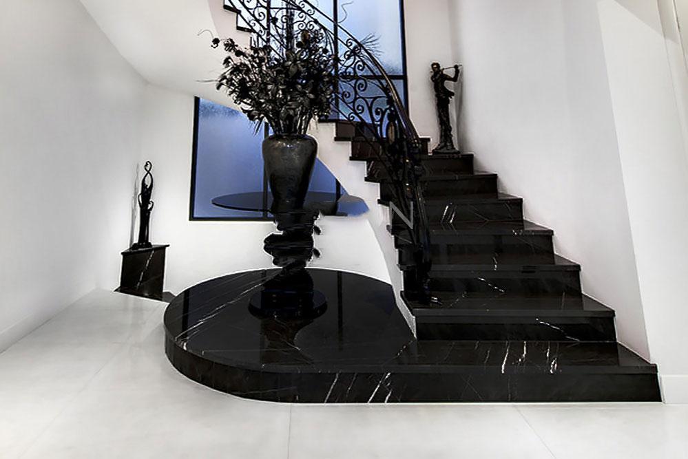 Cầu thang đá đen tia chớp