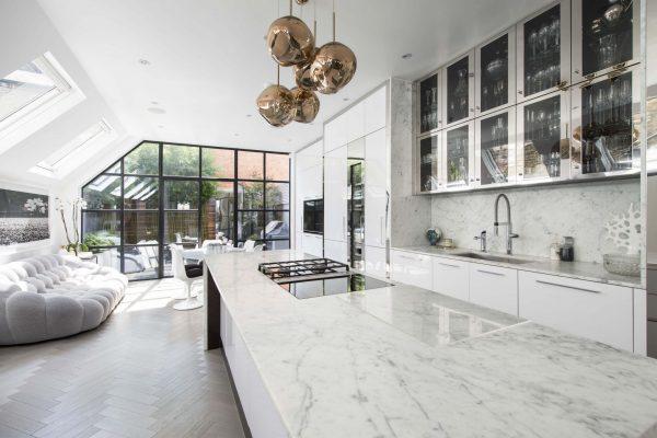 Không gian mặt đá tủ bếp màu trắng
