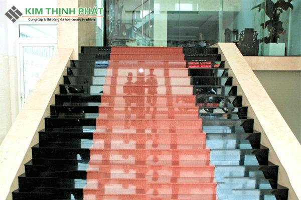 công trình đá đỏ nhuộm